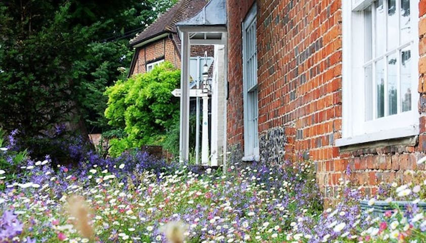 An early 18th c. house in a beautiful village. - Broughton - Bed & Breakfast