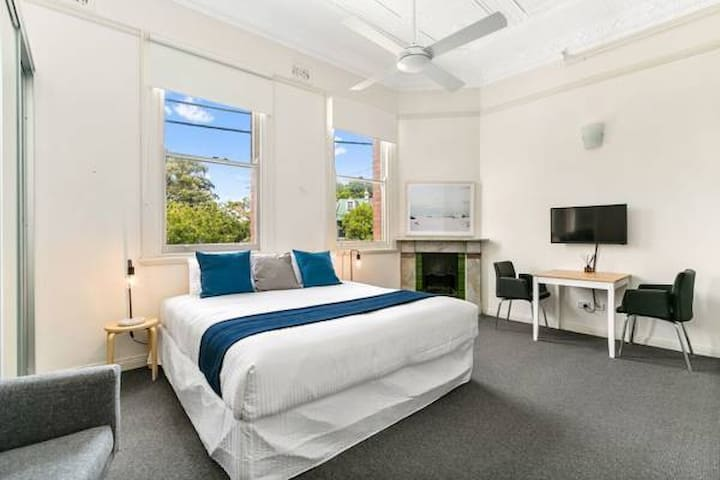 Excelsior Apartments Glebe. King bed city views