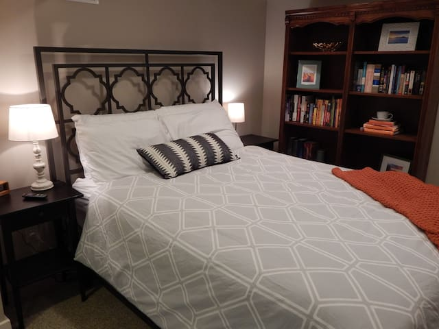 Spacious private guest suite in Ballard bungalow