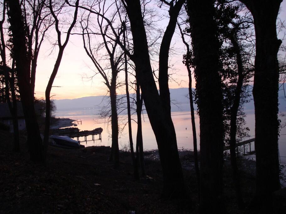 le bord du lac le soir