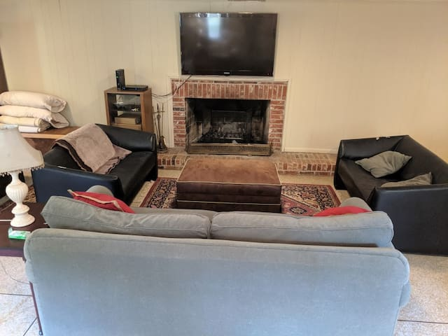 Plenty of seating, fireplace, TV and Wi-fi