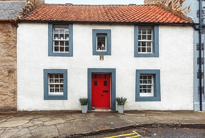 Charming Fully Restored Cottage In Elie.