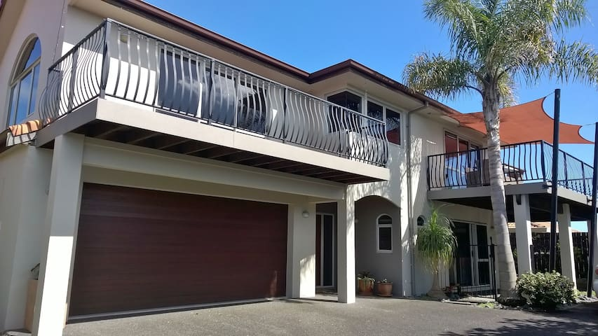 Stylish, quiet apartment near city & Mt Maunganui