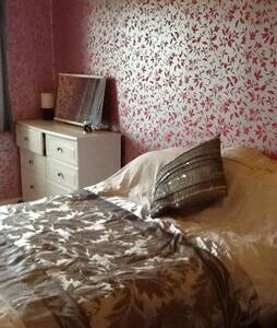 Spacious furnished bedroom - Rawmarsh - Dům