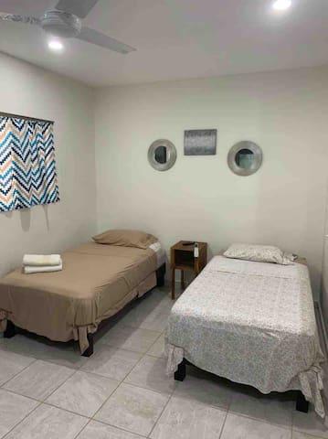 dos camas individuales usamos cubrecolchon y cubre almohada para mayor higiene.
