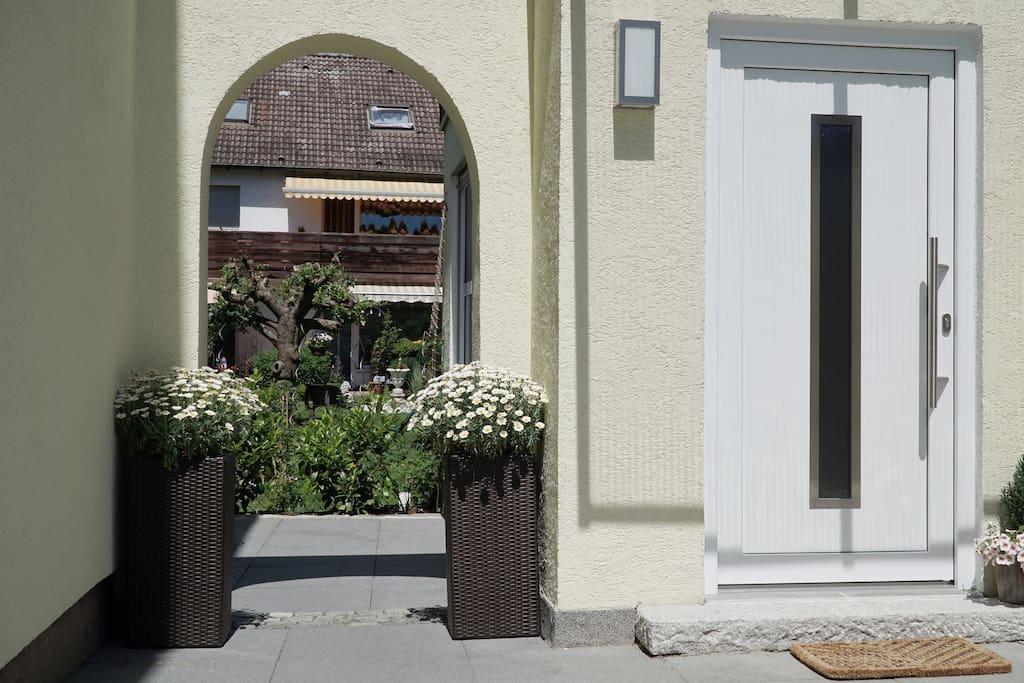 Eingang zum Apartment auf der rechten Seite / Entrance to the apartment on the right
