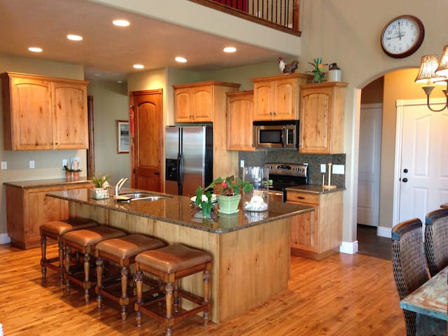 HUGE Discount 350 to 250/night! Large 5 BDRM Home!