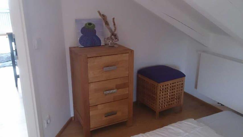 Schlafzimmer mit Kommode  Wandschrank im Flur