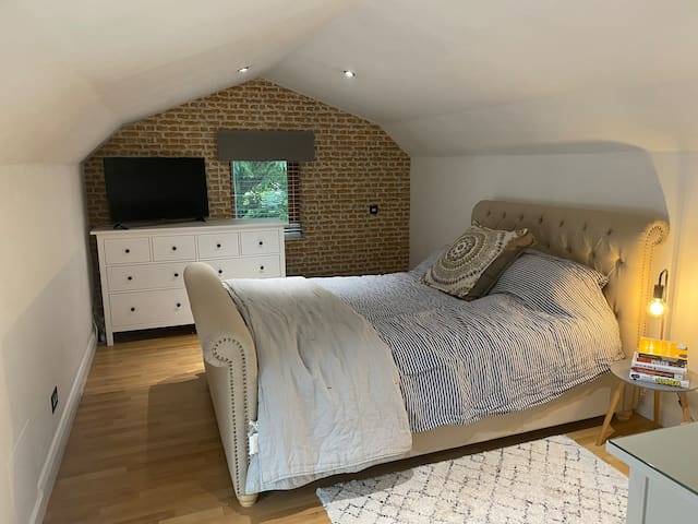 Upstairs bedroom (king sized bed) with television