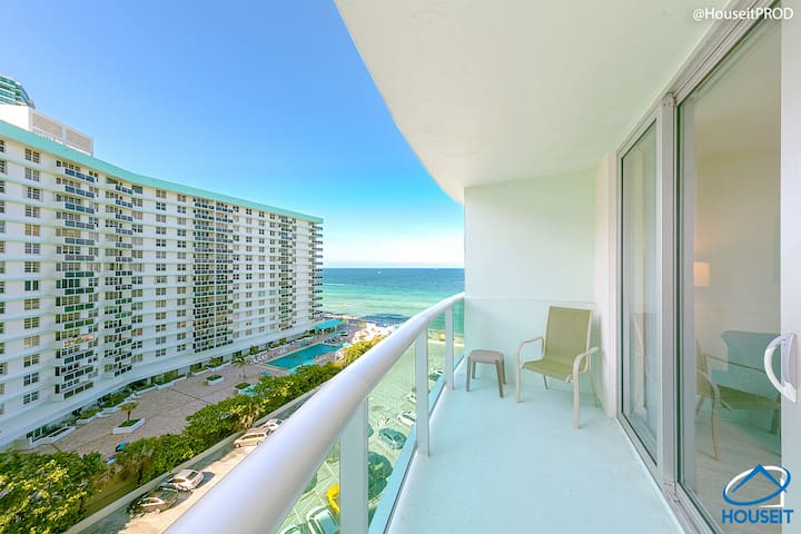 HUGE ONE BEDROOM RIGHT ON THE BEACH! VIEW! WOW!