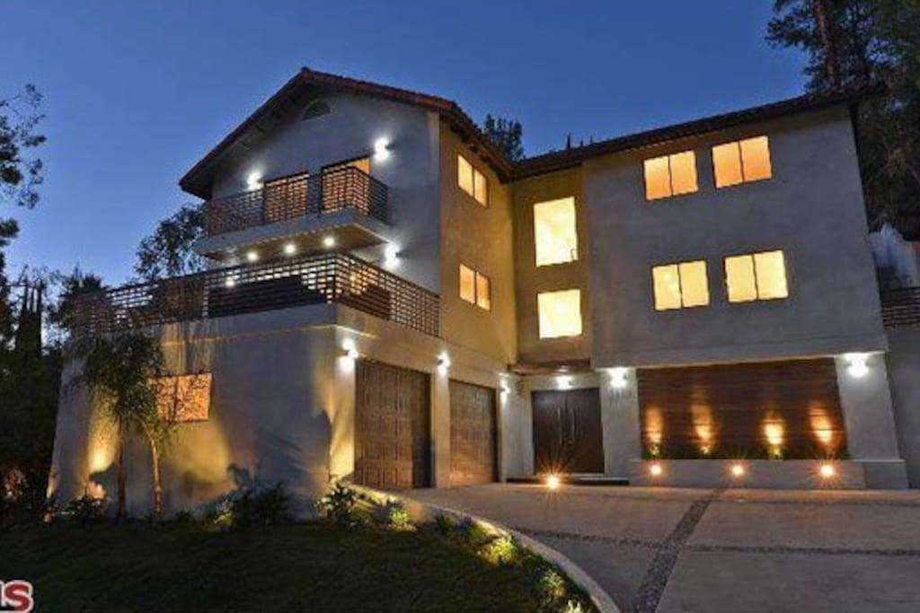 The hollywoodland house houses for rent in los angeles for Homes to rent in los angeles