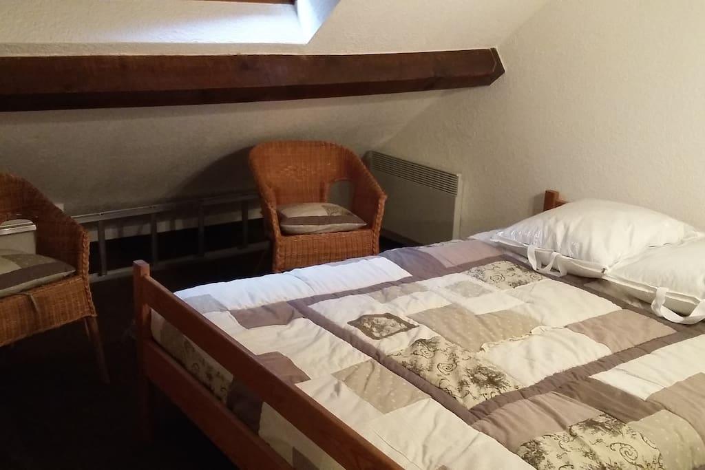 Chambre à l'étage, lit en 140, matelas neuf, armoire et commode à disposition