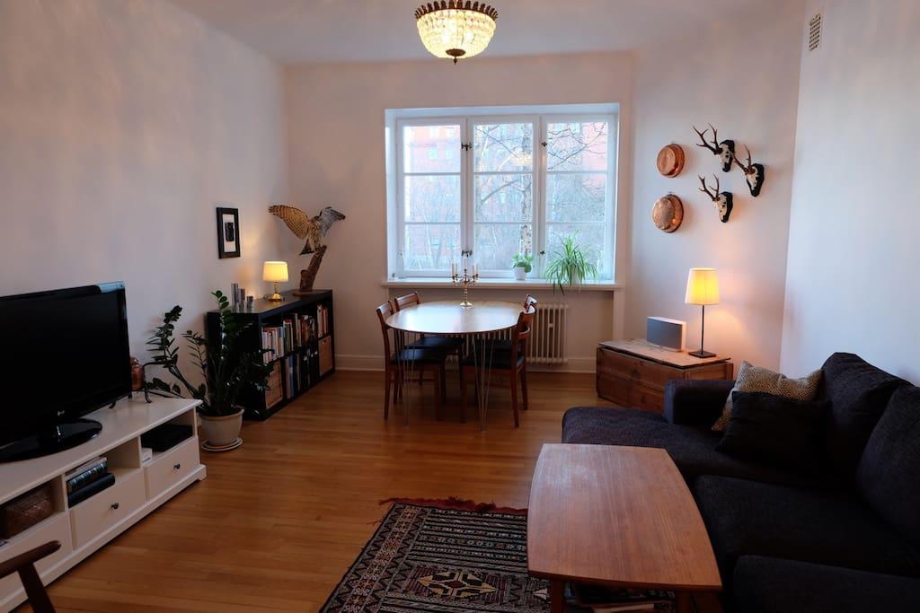 The spacious livingroom.