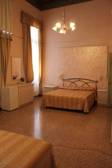 QUINTUPLE ROOM VIEW CANAL GRANDE WITH PRIVATE BATHROOM