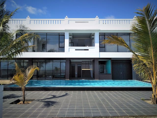 Villa modern minimalis di tepi pantai