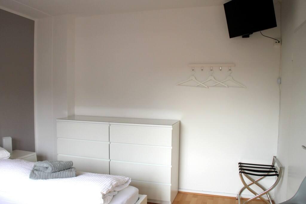 2-bett-zimmer in ruhiger wohngegend (nähe flughf.) - apartments, Hause deko