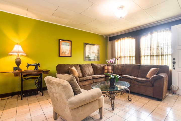 Casa linda, cómoda. Cerca Universidad Nacional UNA - Heredia - House