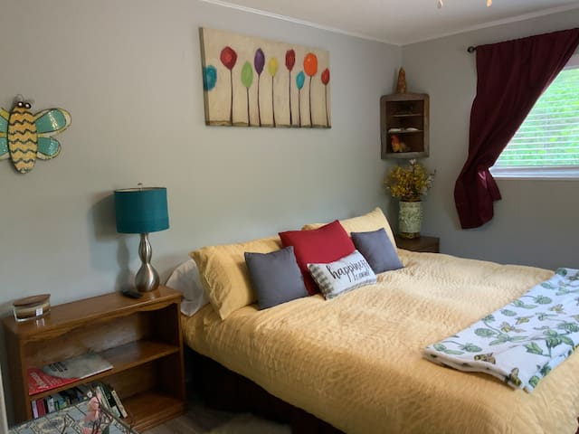 Bee room with king memory foam mattress