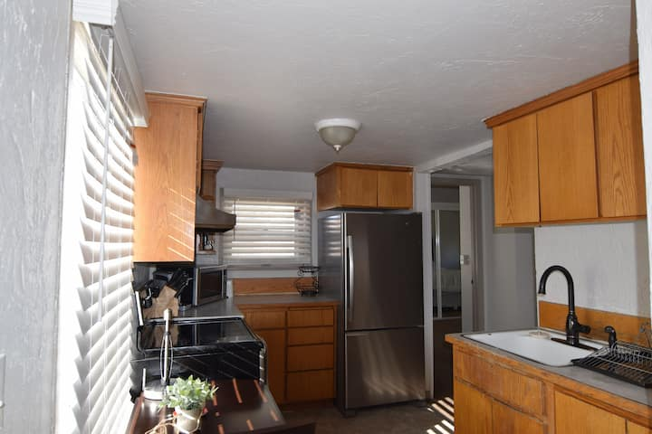 WiFi w/Netflix,comfy bed & couch, kitchen& laundry