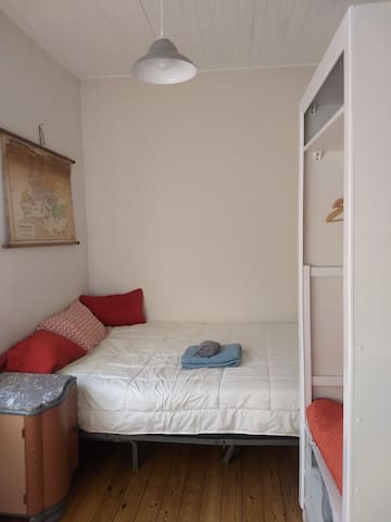 Cosy room in quiet flat close to the center