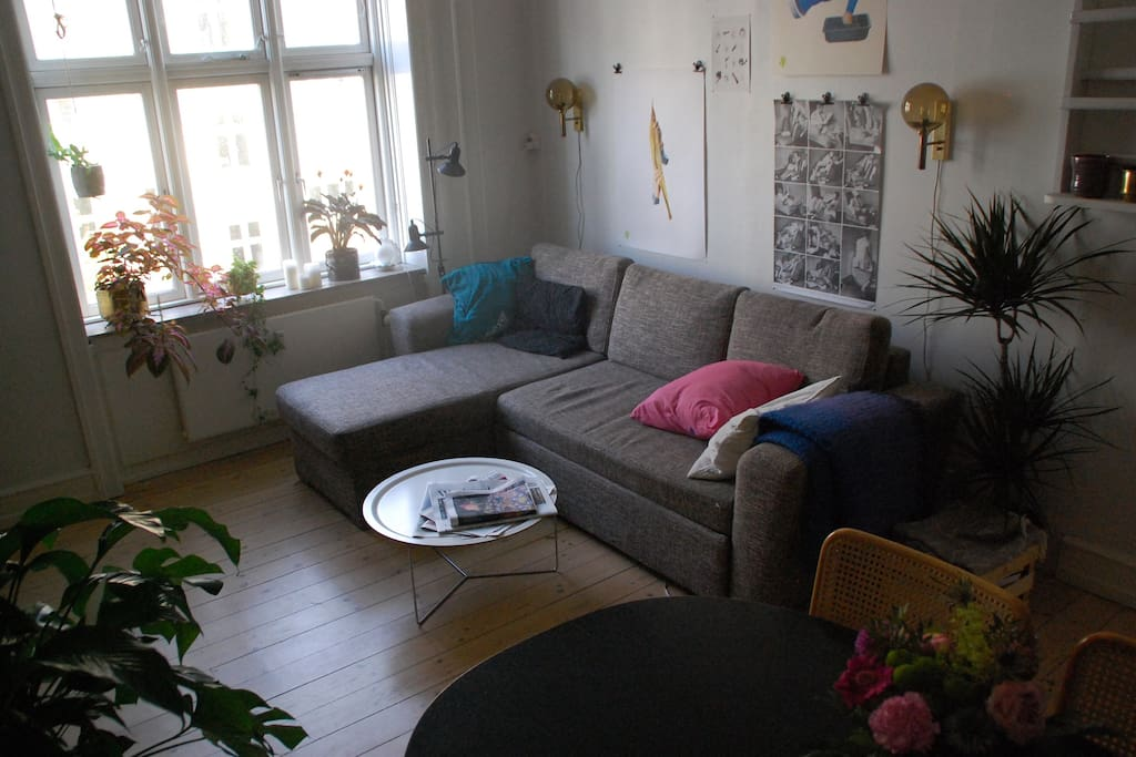 Pull-out three-seater sofa in living room
