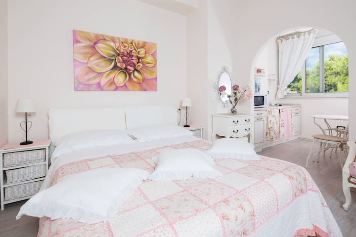 Charming apartment right on the most popular beach