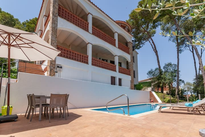 Holiday house in Pals with heated pool and nice sea view for up to 14 persons
