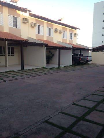 Qrtos privativos em condomínio fechado prox. UFMT