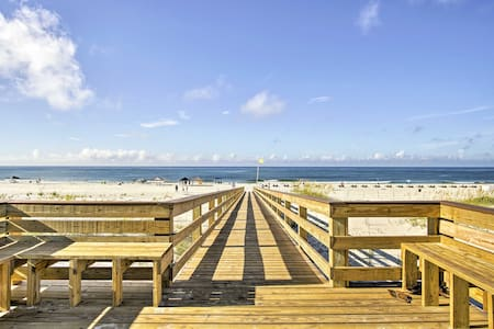 Beachfront Gulf Shores Getaway w/ Pool & Hot Tub!