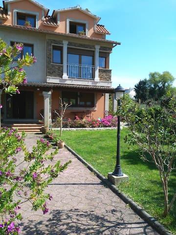 Apartamento en casa con Jardin