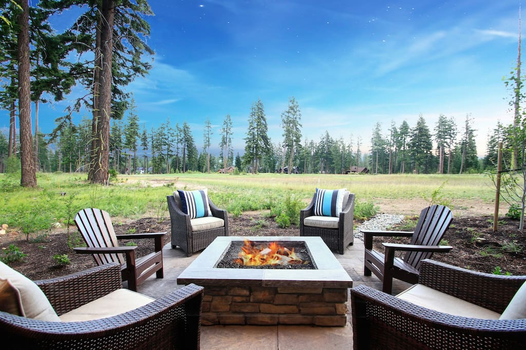 Kick back and relax! Gas fire pit, golf course views, outdoor speakers.