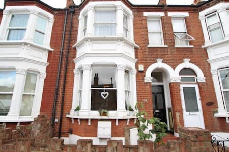 Double Bedroom in Beautiful Victorian Property - Londra