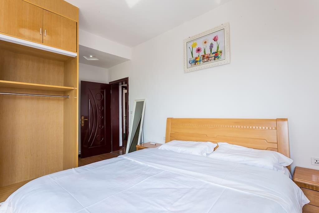 主卧室宽敞明亮,房间配有空调,还有独立卫生间