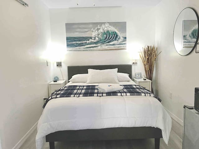 100% Private Guest-Room-Full Bath-Queen bed & Pool