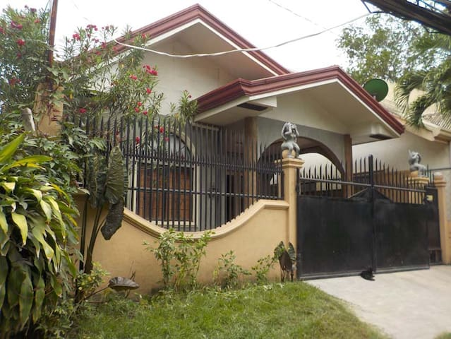2BR Bungalow house w/ 5 mbps wifi & parking