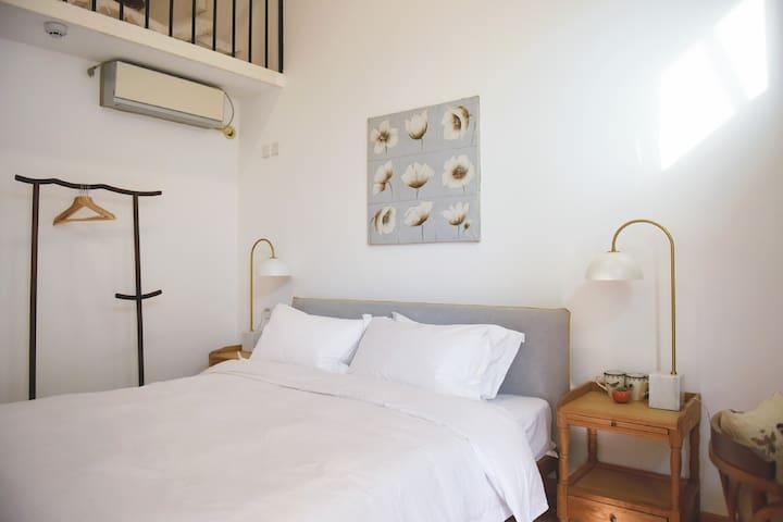 小loft房,是中式和法式合璧的别致存在。云朵房的楼下大床。