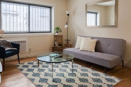 EXPERIENCE THE EAST SIDE IN THIS MODERN APARTMENT - Milwaukee - Apartment