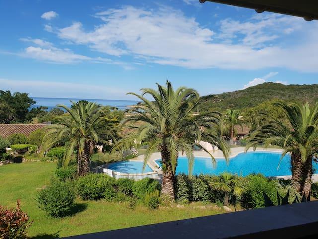 Appartement vue mer et piscine en Corse