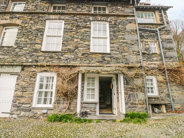 THE OLD LAUNDRY, pet friendly, with a garden in Ambleside, Ref 916188