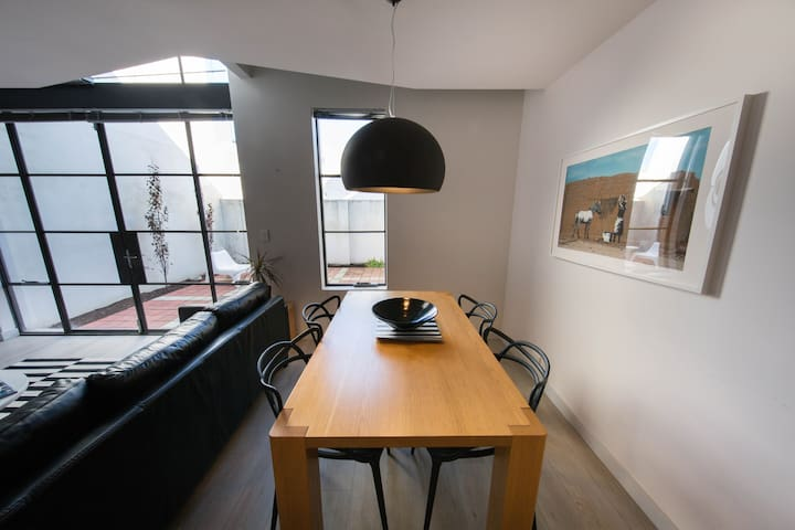 Newly decorated central townhouse - free WIFI - West Leederville - Stadswoning