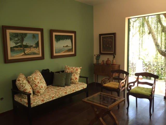 Sala de estar com saída para varanda