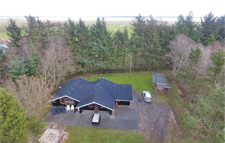 Holiday cottage with 4 bedrooms on 127 m² in Blåvand