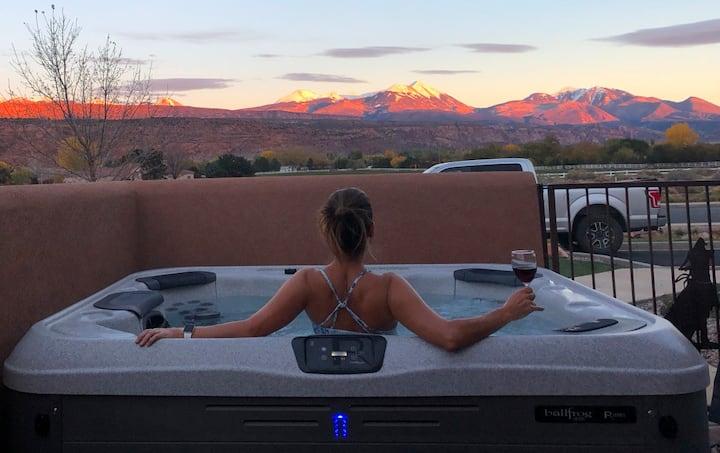 Private Hot Tub on Patio - 3 Bed/2.5 bath + Loft.