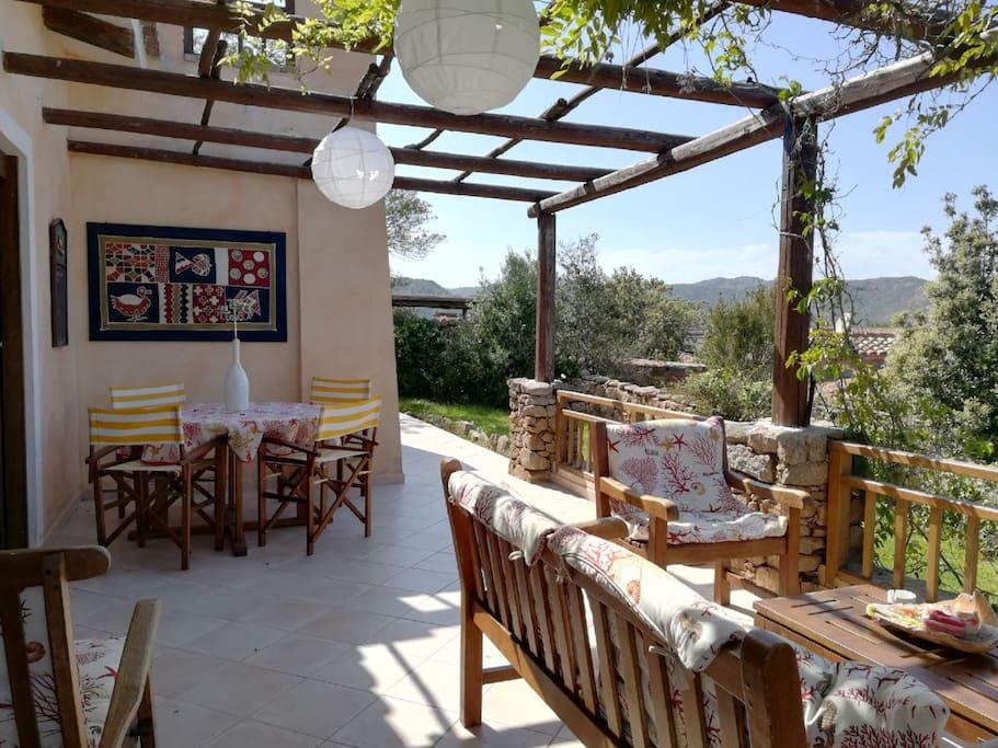 La terrazza è attrezzata con comodi divani ed un tavolo per mangiare