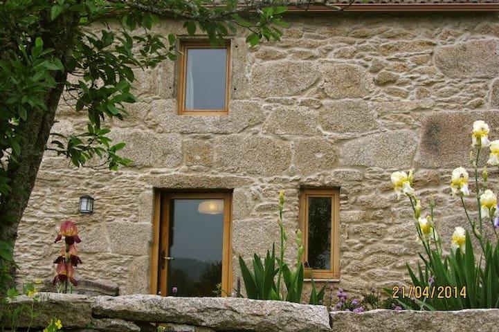 casa de piedra con gran terreno - Tui