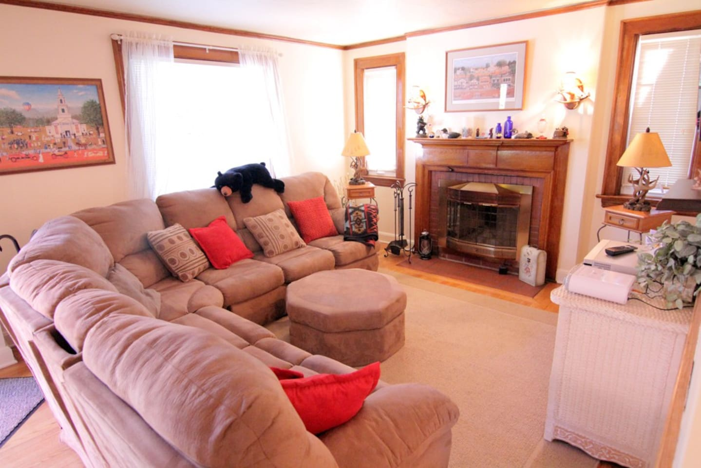 Beautiful large wrap-around sofa with Cherry fireplace with electric fire logs Large flat panel TV and steps away from the outside HOT TUB. Only a few minutes away from the ski slope & town!