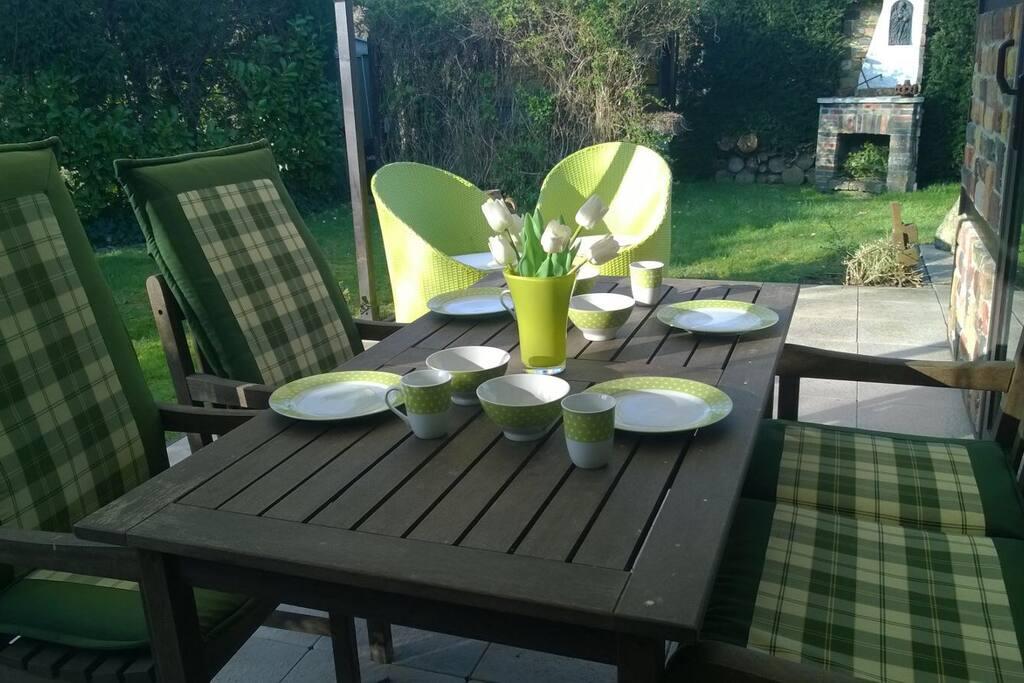 Genieten in de tuin onder overdekt terras