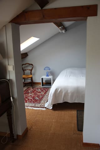 Chambre 4 dans les combles. Un lit en 140/190. Velux et store obscurcissant. Lit d'enfant en 70/120.