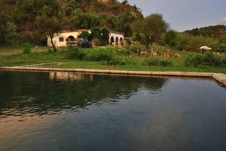 Casa de campo con piscinas de agua de manantial.