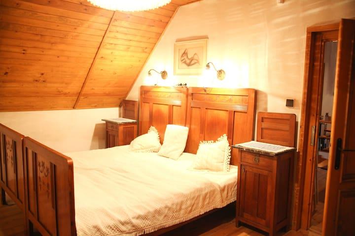 Ložnice I s manželskou postelí (dvě samostatná lůžka). Přistýlka/pohovka a psací stůl.  ENG Bedroom I with a double bed (two single beds), a spare single bed/sofa and a desk.